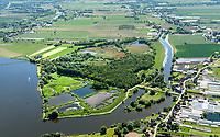Die Reit: DEUTSCHLAND, HAMBURG 29.05.2020: Das Naturschutzgebiet Die Reit liegt in den Hamburger Stadtteilen Reitbrook und Allermöhe in den Marschlanden, zwischen dem Zusammenfluss der Dove Elbe und Gose Elbe.<br /> <br /> Das Naturschutzgebiet im Südosten Hamburgs hat eine Größe von 92 Hektar. Es umfasst das 1973 ausgewiesene Gebiet Die Reit und die 2011 erfolgte Erweiterung um die Flächen Die Hohe, Kleiner Brook und ein rund 3,3 ha großes Gebiet im Südosten. Die heutige Geländestruktur der Reit ist wesentlich auf den Betrieb einer Ziegelei zurückzuführen. Geprägt wird das Gebiet von den ausgedehnten Schilfröhrichten, artenreichen Weidengebüschen und dem urwüchsigen Birkenbruchwald, zwei größeren Teichen sowie vielen Kleingewässern und Gräben. Die Hohe ist ein vielfältiges Teichgelände auf einem ehemaligen Spülfeld. Der Kleine Brook wird geprägt durch Grünland im Vorland der Dove Elbe.<br /> <br /> Den Schutzstatus erhielt Die Reit in erster Linie wegen ihrer Bedeutung als Brut- und Rastgebiet mitteleuropäischer Sing- und Zugvögel, Die Hohe für das bedeutende Vorkommen des Kammmolchs und der Kleine Brook aufgrund seiner Bedeutung für Wiesenvögel, insbesondere für die Uferschnepfe. Auch durch weitere Amphibienvorkommen, vielerlei Insekten und seine Flora zeichnet sich das Schutzgebiet aus.