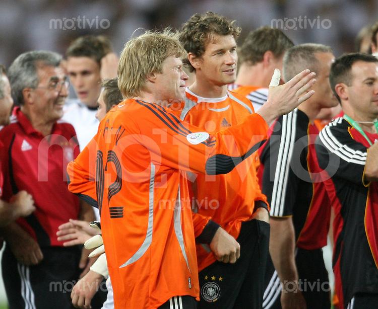 Fussball WM 2006 Spiel um Platz 3  Deutschland - Portugal Oliver Kahn (li) unterhaelt sich mit Jens Lehmann (rechts) waehrend der Siegerehrung