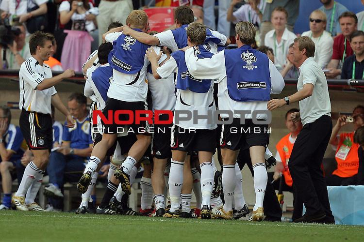 FIFA WM 2006 -  Round of Sixteen - / Viertelfinale <br /> Play    #49 (24-Jun) - Deutschland - Schweden<br /> <br /> 1:0 Lukas Podolski - Jubel mit Klinsmann<br /> <br /> Foto &copy; nordphoto