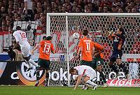 FUSSBALL  1. BUNDESLIGA  SAISON 2011/2012  31. SPIELTAG 13.04.2012 VfB Stuttgart - SV Werder Bremen Cacau (li, VfB Stuttgart) erzieltper Kopfball das Tor zum 4-1 Endstand gegen Torwart Tim Wiese (re, SV Werder Bremen)