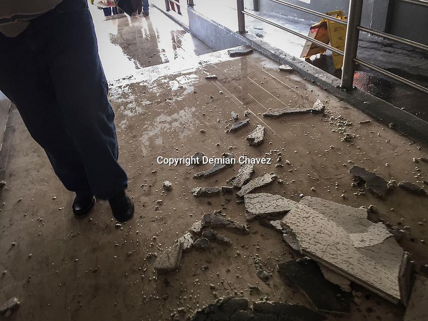 Después de las tres de la tarde de este miércoles, la lluvia e la capital queretana sorprendió a los transeuntes. En la entrada de la Comercial Mexicana de Zaragoza, se presentaron tremendas goteras en el interior, además de la caida de fragmentos del techo en el acceso y rampa del estacionamiento.