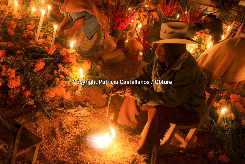 Oaxaca de Ju&aacute;rez. 02 de Noviembre  de 2014.-  En el marco de la celebraci&oacute;n de los &ldquo;Difuntos&rdquo;, el pante&oacute;n de Santa Mar&iacute;a Atzompa se ilumina toda la noche con velas y se adorna de flores los d&iacute;as 1 y 2 de noviembre, lo anterior a motivo de que los lugare&ntilde;os de esta comunidad festejan a los seres queridos que se adelantaron.<br /> <br />  <br /> <br /> Desde entrando la noche hasta ponerse el sol, los pobladores de Atzompa acompa&ntilde;an a sus muertos, ofreci&eacute;ndoles luces, flores, m&uacute;sica y conviviendo con ellos con alimentos y bebidas, as&iacute; como el dulces de preferencia del ser querido en vida.<br /> <br /> Foto: Patricia Castellanos / Obture.