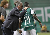 PALMIRA - COLOMBIA, 21-08-2019: Lucas Pusineri técnico del Cali da instrucciones a Kevin Velasco durante partido entre Deportivo Cali y Atlético Nacional por la fecha 7 de la Liga Águila II 2019 jugado en el estadio Deportivo Cali de la ciudad de Palmira. / Lucas Pusineri coach of Cali gives directions to Kevin Velasco during match between Deportivo Cali and Atletico Nacional for the date 7 as part Aguila League II 2019 played at Deportivo Cali stadium in Palmira city. Photo: VizzorImage / Gabriel Aponte / Staff
