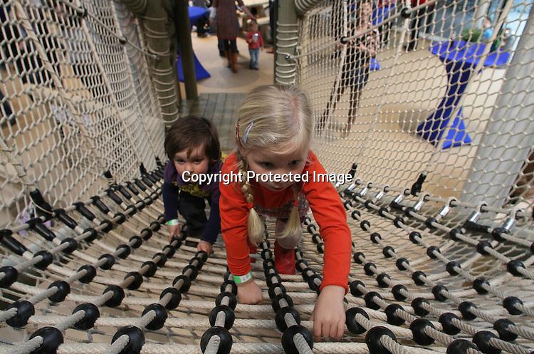 Foto: VidiPhoto..ARNHEM  - Luilekkerland bestaat echt. Precies op de dag dat Burgers' Zoo in Arnhem 99 jaar werd, heeft het dierenpark vrijdag een overdekte speeltuin, Kids Jungle, geopend. Kinderen mochten voor een keer net zo veel snoep eten als ze op konden. Met de ingebruikneming van de speeljungle is Burgers' in Nederland de dierentuin met de meeste overdekte attracties. De nieuwe overdekte speeltuin bestaat uit paalwoningen die zijn vormgegeven als een Zuid-Amerikaans jungledorp en onderling verbonden met touwbruggen, glijbanen en klimnetten. Samen met de kinderen van de familie Van Hooff (vijfde generatie) verrichtte het het komische duo Ernst en Bobbie de openingshandeling. .