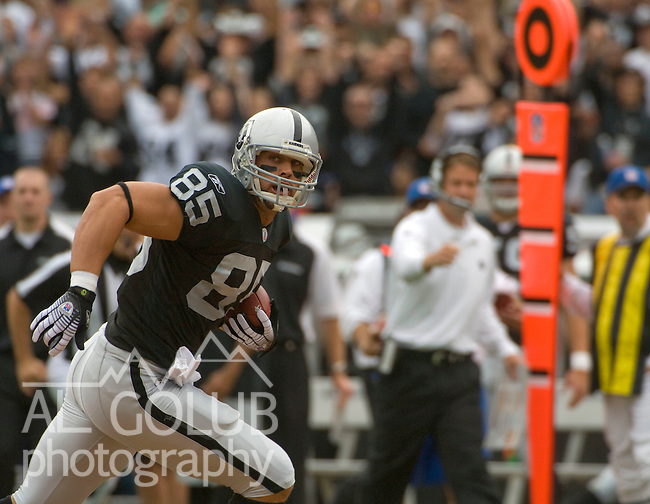 Oakland Raiders vs Cleveland Browns at McAfee Coliseum /Sunday, September 23, 2007--.Early in the first quarter Oakland Raiders tight end John Madsen #85 make First Down.. Photo by Al Golub/Golub Photography