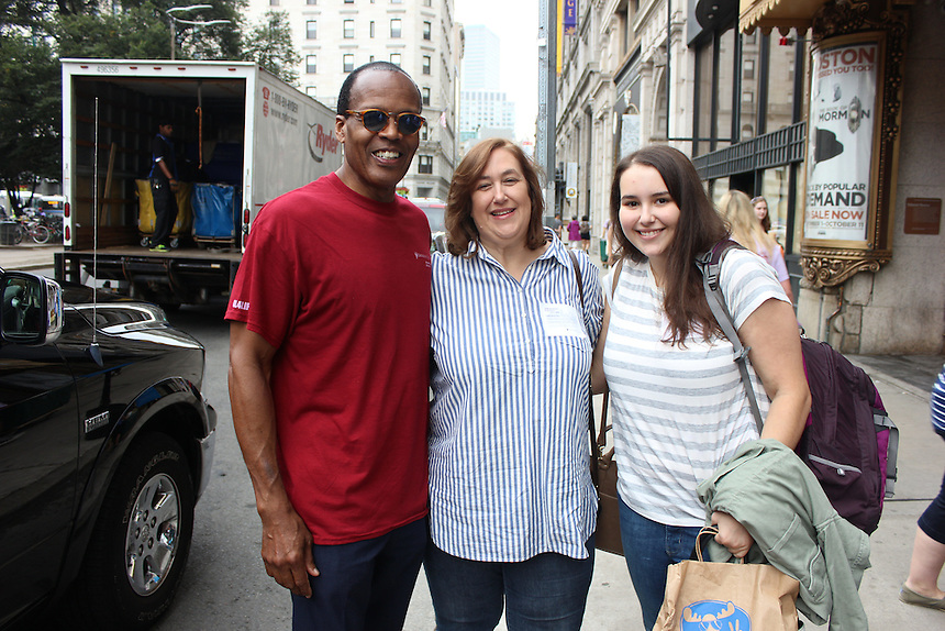 President Lee Pelton with Diane Sperduti '84 and her daughter and new student, Maggie Sperduti '19, on Move-In Day 2015 outside Piano Row.