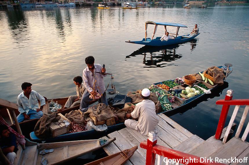 Gemüsehaendler auf dem Dal-See in Srinagar (Kashmir), Indien