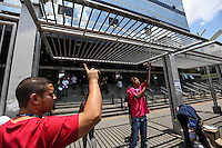 SAO PAULO, SP, 05.01.2014 - FUVEST / 2 FASE - Candidatos chegam para as provas da segunda fase do vestibular da Fuvest, na faculdade UNINOVE, no bairro da Barra Funda, zona oeste de São Paulo, neste domingo, 05. (Foto: William Volcov / Brazil Photo Press).