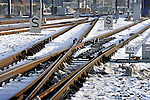 UTRECHT - Op een spooremplacement in Utrecht zijn met bodemwarmte verwarmde spoorwissels tijdens de vorst op milieuvriendelijke wijze ontdaan van sneeuw en ijs. Met dit door VolkerRail ontwikkelde Geothermal Point Heating is slechts 20% van de energie nodig ten opzicht van de gebruikelijk methode van ondermeer gasbranderpijpen die vlammen de wissels, en de omgeving sneeuwvrij houden(GPH), en elektrische lintverwarming. De energiezuinige wisselverwarming haalt via een warmtepomp in de bodem (100 meter diep) opgeslagen warm water omhoog en voert deze net als een centrale verwarming via buizen langs de koude wissels die zo niet bevriezen.  COPYRIGHT TON BORSBOOM