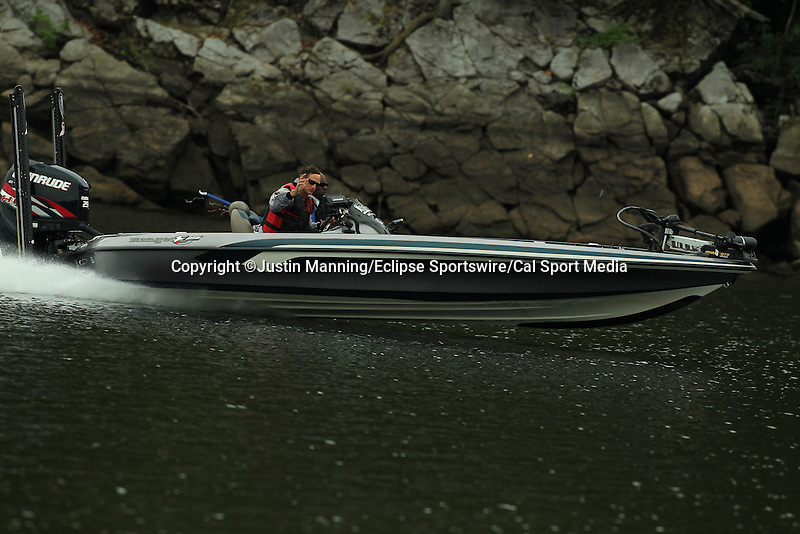 August 21, 2015: Brandon Cobb making a move on day two of the Forrest Wood Cup on Lake Ouachita in Hot Springs, AR. Justin Manning/ESW/CSM