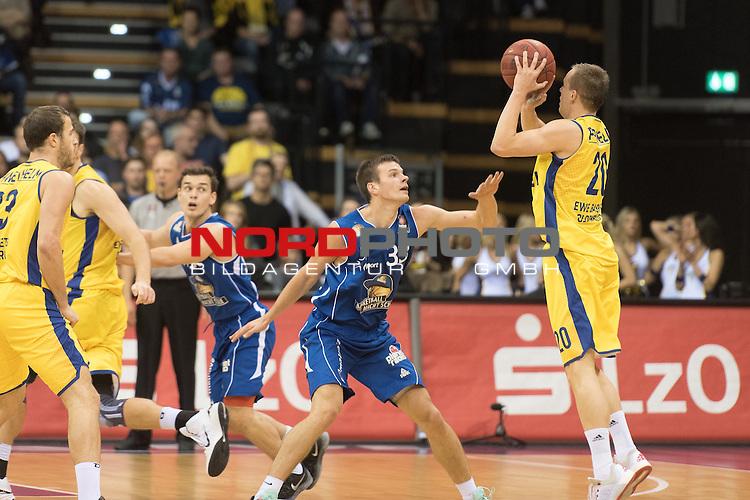 07.10.2015, EWE Arena, Oldenburg, GER, Beko BBL, EWE Baskets Oldenburg vs FRAPORT SKYLINERS , im Bild<br /> <br /> Klemen Prepelic (EWE Baskets Oldenburg #20)<br /> Tomas Dimsa (Fraport Skyliners Frankfurt #33)<br /> <br /> Foto &copy; nordphoto / Kokenge