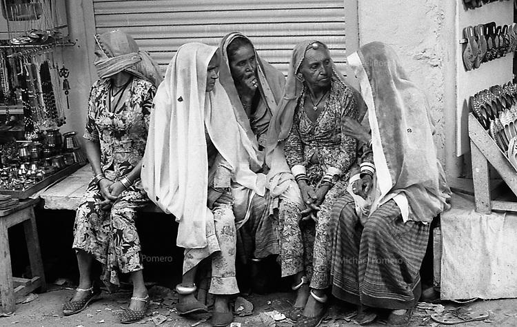11.2008  Pushkar (Rajasthan)<br /> <br /> Women of Rajasthan speaking together during kartik purnima.<br /> <br /> Femmes du Rajasthan se palant pendant kartik purnima.