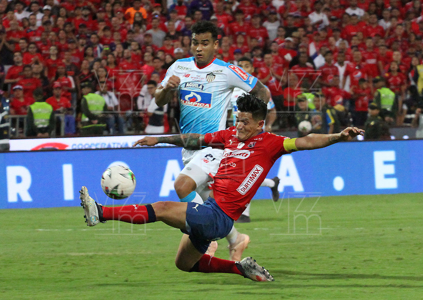 MEDELLÍN- COLOMBIA, 16-12-2018. German Cano (Der.)  jugador del Independiente Medellín disputa el balón con Jefferson Gomez (Izq.) jugador del Atlético Junior  durante partido por la final  de la Liga Águila II 2018 jugado en el Estadio Atanasio Girardot de la ciudad de Medellín. /German Cano (R) player of Independiente Medellin fights the ball agaisnt of Jefferson Gomez (L) player of Atletico Junior  during the final  match of the Liga Águila II 2018 played at the Atanasio Girardot Stadium in the city of Medellín. . Photo: VizzorImage / Felipe Caicedo / Staff