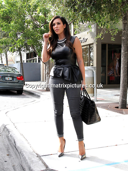 NON EXCLUSIVE PICTURE: MATRIXPICTURES.CO.UK.PLEASE CREDIT ALL USES..UK, AUSTRALIA, NEW ZEALAND AND ASIA RIGHTS ONLY..American reality television star Kim Kardashian is pictured shopping in Miami, Florida. ..OCTOBER 24th 2012..REF: KDN 124802..XIM