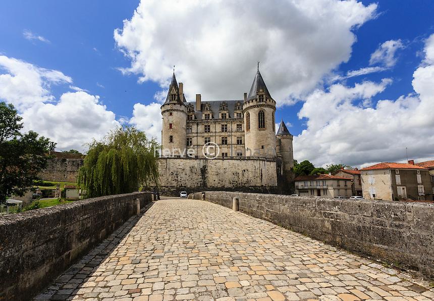 France, Charente (16), La Rochefoucauld, le château de la Rochefoucauld et le pont sur la Tardoire // France, Charente, La Rochefoucauld, Rochefoucauld castle and the bridge over the Tardoire river