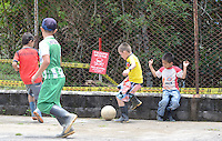 COCORNA - COLOMBIA, 15-04-2015. Niños juegan al lado de una campo minado en el municipio de Cocorná, Antioquia, Colombia en donde miembros del ejercito de Colombia realizan un entrenamiento  de desminado en el sector Campo Alegre 16 abril de 2015./ Boys play soccer next to the minefield in Cocorna municipality, Antioquia department, Colombia where Colombian Army soldiers take a demining training in Campo Alegre region, on April 16, 2015.  Photo: VizzorImage/ León Monsalve /STR