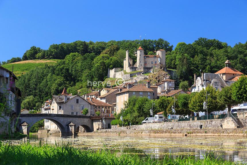 France, Cantal (15), Laroquebrou, village établi le long de la Cère, dominé par les vestiges d'un château // France, Cantal, Laroquebrou, village established along the Cere, dominated by the ruins of a castle