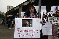 SAO PAULO, SP, 23 DE JUNHO DE 2013 -  CASO BIANCA CONSOLI. Protesto de amigos e familiares de Bianca antes do julgamento do motoboy Sandro Dota, no Fórum Criminal da Barra Funda em São Paulo, SP, nesta terça-feira (23). Ele é acusado de matar a estudante Bianca Consoli, 19 anos, em setembro de 2011. FOTO: MAURICIO CAMARGO / BRAZIL PHOTO PRESS