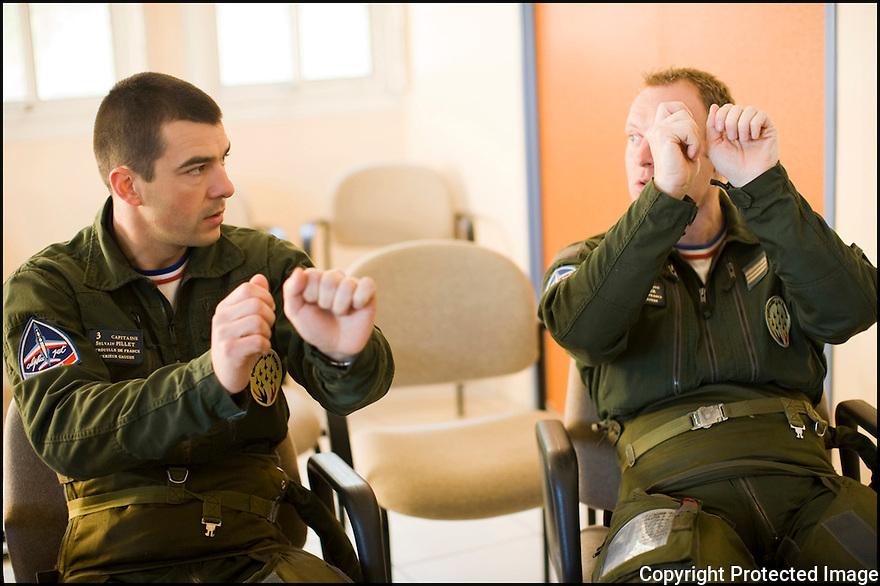 -2008- Salon-de-Provence- Capitaine Sylvain Pillet et capitaine Eric Gerrer, dans la salle de briefing juste après la « musique ».