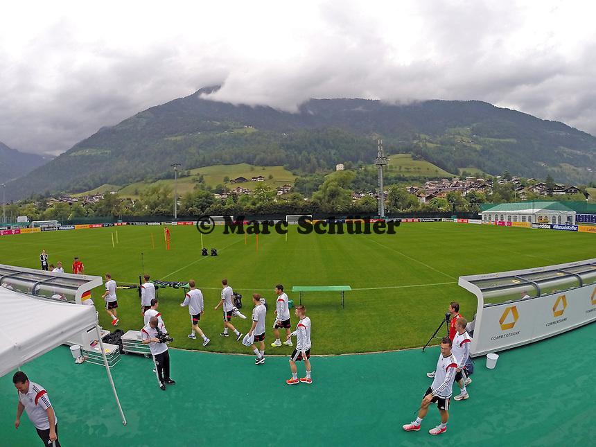 Spieler trainieren mit Gummibändern - Trainingslager der Deutschen Nationalmannschaft zur WM-Vorbereitung in St. Martin