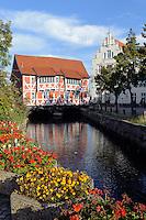 Haus Schiefes Gewölbe über dem Kanal Grube in Wismar, Mecklenburg-Vorpommern, Deutschland, UNESCO-Weltkulturerbe