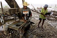 """05-08-2010-GARIMPO-Materia feita no Municipio de Viseu-par· na ilha de Sanauma onde pescadores,moradores da cidade e outras lugares estam indo e dormindo diariamente tira ouro n mangue s""""o mais de 300 pessoas no local.<br /> <br /> FOTO: TARSO SARRAF"""