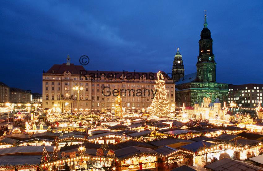 Deutschland, Freistaat Sachsen, Dresden: Strietzelmarkt (Weihnachtsmarkt) vor Kreuzkirche und Rathausturm | Germany, Saxony, Dresden: Stietzelmarkt (Christmas Fair) in front of Kreuz Church and the Townhall Tower