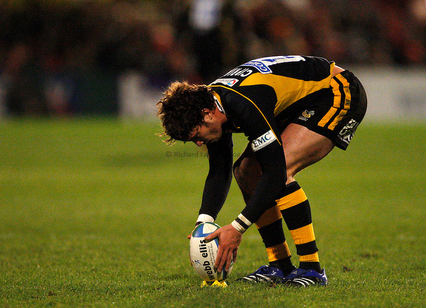 Photo: Richard Lane/Richard Lane Photography..Llanelli Scarlets v London Wasps. Heineken Cup. 17/11/2007. .Wasps' Danny Cipriani lines up a kick.