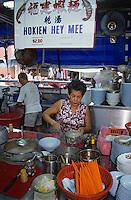 Asie/Singapour/Singapour: Tiong Bahru - Le marché - Détail d'un vendeur de soupe et de bouchées à la vapeur