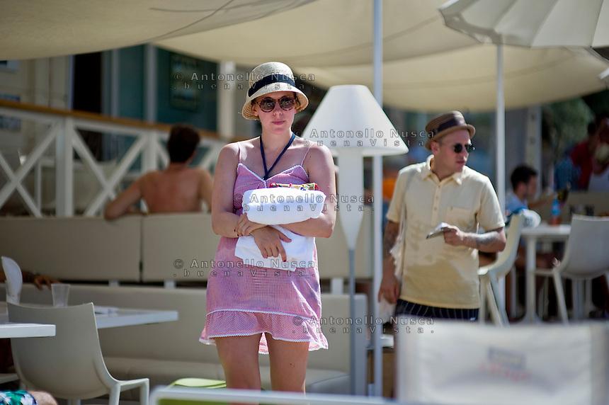 Senigallia, Agosto 2013. Una ragazza vestita stile anni 60 in una spiaggia di Senigallia durante il Festival Summer Jamboree.