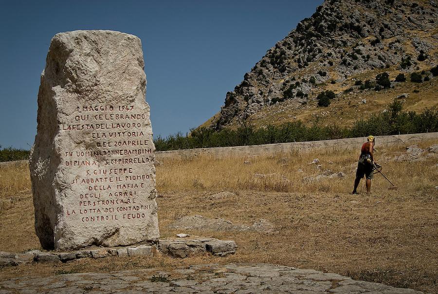 The Portella della Ginestra Memorial, located in the homonymous area of Piana degli Albanesi in Sicily. / Il Memoriale di Portella delle Ginestre (Përmendorja e Purteles së Jinestrës), situato nella contrada omonima di Piana degli Albanesi.