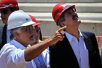 RIO DE JANEIRO, RJ, 09 DE MARCO 2012 - COPA 2014 - OBRAS MARACANA - O Ministro do Esporte, Aldo Rebelo(d), e o  presidente da EMOP, Icaro Monteiro(e), durante visita ao canteiro de obras do estádio Maracana, na zona norte da cidade, que será o palco da final da Copa do Mundo de 2014. (FOTO: GLAICON EMRICH / BRAZIL PHOTO PRESS).