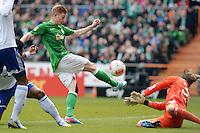 FUSSBALL   1. BUNDESLIGA   SAISON 2012/2013    28. SPIELTAG SV Werder Bremen - FC Schalke 04                          06.04.2013 Kevin De Bruyne (li, SV Werder Bremen) scheitert an Torwart Timo Hildebrand (re, FC Schalke 04)