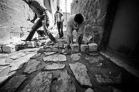 Samir et ses deux amis sont syriens-arabes. Ils sont arrivés il y a quelques mois au Kurdistan de Turquie pour se mettre à l'abris de la guerre. Ils sont employés à paver les ruelles de la vielle ville. C'est un travail éreintant.<br /> <br /> Samir and his two friends are Syrian-Arab. They arrived there in Turkish Kurdistan few months to get to the shelter of the war. They are used to pave the streets of the old city. It is backbreaking work.