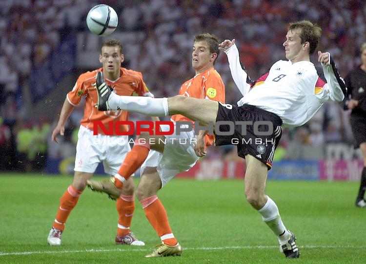 Europameisterschaft 2004 Portugal<br /> <br /> Deutschland - Niederlande<br /> <br /> Dietmar Hamann (Deutschland) spitzelt  Rafael van der Vaart (NL) den Ball vom Fuss. Wesley Sneider (NL) schaut zu<br /> <br /> Foto &copy; nordphoto