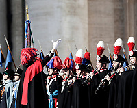 La Banda dei Carabinieri in alta uniforme si esibisce prima della Benedizione Urbi et Orbi impartita da Papa Francesco in occasione del Natale, dalla loggia centrale della Basilica di San Pietro, Citta' del Vaticano, 25 dicembre 2017.<br /> The Carabinieri Band performs before the &quot;Urbi et Orbi&quot; (&quot;to the City and to the World)&quot; blessing delivered by Pope Francis on the occasion of the Christmas day from the central loggia of St. Peter's Basilica, Vatican, 25 December 2017.<br /> UPDATE IMAGES PRESS/Isabella Bonotto<br /> <br /> STRICTLY ONLY FOR EDITORIAL USE