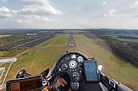 Blick aus einem Cockpit bei der Landung in Rothenburg: EUROPA, DEUTSCHLAND,SACHSEN, ROTHENBURG OL (EUROPE, GERMANY), 26.05.2018: Blick aus einem Cockpit eines Segelflugzeugs vom Typ ASH31 MI bei der Landung in Rothenburg auf der Landebahn 17