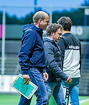 AMSTELVEEN - coach Michel van den Heuvel (Bldaal) met coach Jan John van 't Land (Adam)  tijdens de play-offs hoofdklasse  heren , Amsterdam-Bloemendaal (0-2).    COPYRIGHT KOEN SUYK