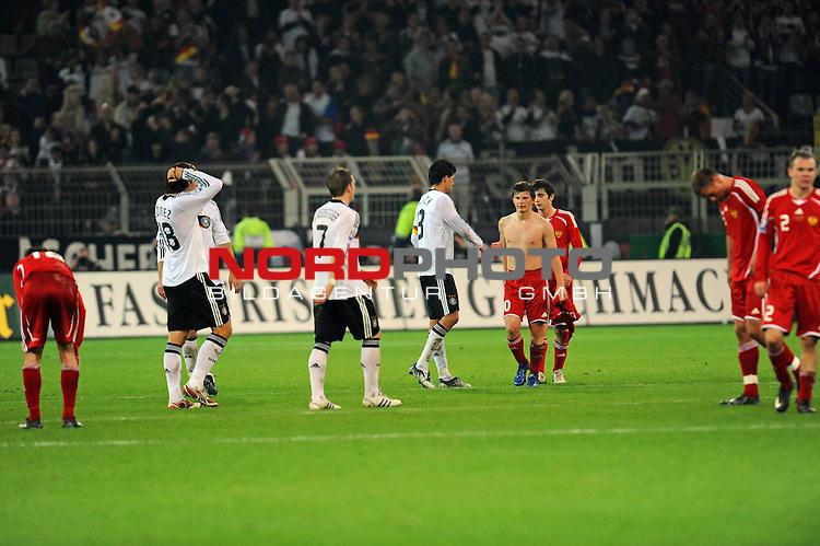Fussball, L&auml;nderspiel, WM 2010 Qualifikation Gruppe 4 Westfalen Stadion Dortmund ( SIGNAL IDUNA PARK )<br />  Deutschland (GER) vs. Russland ( RUS )<br /> <br /> Nach dem Spiel Mario Gomez ( Ger / VFB Stuttgart #18) Bastian Schweinsteiger ( Ger /  Bayern Muenchen #7) Michael Ballack (Ger /  Chelsea London #13) Andrei Arshavin  (RUS# 10)  Aleksandr Anyukov (RUS #02) <br /> <br /> Foto &copy; nph (  nordphoto  )<br />  *** Local Caption ***