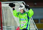 Uppsala 2014-11-15 Bandy Elitserien IK Sirius - IFK V&auml;nersborg :  <br /> V&auml;nersborgs m&aring;lvakt Pertti Virtanen jublar efter ett m&aring;l av V&auml;nersborgs Johan Koch under matchen mellan IK Sirius och IFK V&auml;nersborg <br /> (Foto: Kenta J&ouml;nsson) Nyckelord:  Bandy Elitserien Uppsala Studenternas IP IK Sirius IKS IFK V&auml;nersborg jubel gl&auml;dje lycka glad happy