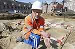 Foto: VidiPhoto<br /> <br /> APELDOORN &ndash; Het voorplein van Paleis Het Loo in Apeldoorn herbergt de resten van een nederzetting uit de Bronstijd en graven uit de Vroege Middeleeuwen. Dat heeft archeoloog Martin Schabbink dinsdag bekend gemaakt. Daarnaast zijn er bij de archeologische opgravingen Romeinse munten, eeuwenoud aardewerk en een historisch riool gevonden. Het voorplein van het paleis wordt tot 10 meter diep afgegraven voor een ondergrondse uitbreiding en is nu het domein van archeologen. In de drie middeleeuwse graven zijn onder andere gekleurde kralenkettingen gevonden. De archeologen onderzoeken in een paar weken per vak het voorplein van het paleis. Restanten worden zo goed mogelijk schoongemaakt en bewaard, of gefotografeerd en vastgelegd. Wanneer de archeologen klaar zijn, gaan de werkzaamheden aan het Bassecour weer verder. Paleis Het Loo is tot halverwege 2021 gesloten vanwege de renovatie en verbouwing. Ruim 30 jaar na de openstelling van Paleis Het Loo als museum is groot onderhoud noodzakelijk. Het groot onderhoud betreft vervanging van technische installaties, klimaatinstallaties en asbestsanering. Tegelijk met de 123 miljoen euro kostende renovatie vindt een ondergrondse uitbreiding van Paleis Het Loo plaats. Het museum kent een groeiend bezoekersaantal. Hoofdaannemer is VolkerWessels. Foto: Archeoloog Martin Schabbink toont een gevonden ketting uit een van de graven.