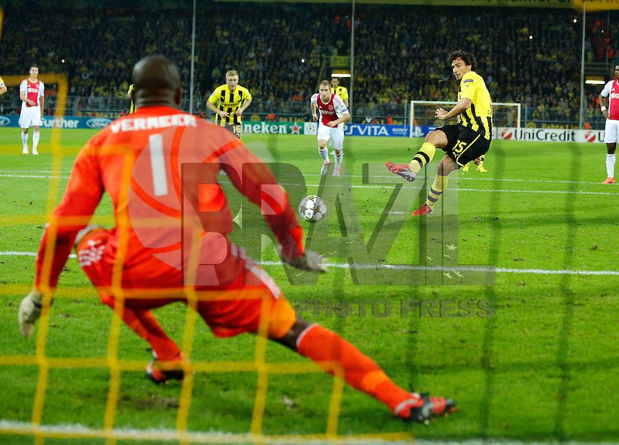 DORTMUND, ALEMANHA, 18 SETEMBRO 2012 - LIGA DOS CAMPEOES - BORUSSIA DORTMUND X AJAX -  Mats Hummels do Borussia Dortmund (ALE) cobra penalti durante lance partida contrao Ajax (HOL) em partida valida pela primeira rodada do Grupo D da Liga dos Campeos da Europa,no Westfalenstadion em Dortmund na Alemanha,  nesta terca-feira, 18,  (FOTO: PIXATHLON / BRAZIL PHOTO PRESS).