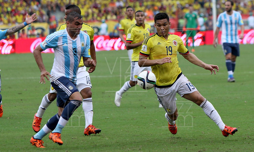 BARRANQUILLA  -COLOMBIA , 17 ,NOVIEMBRE-2015. Teofilo Gutierrez jugador de Colombia   disputa el balon con Gabriel Mercado  de Argentina    por la fecha 4 de las eliminatorias para el mundial de Rusia 2018 jugado en el estadio Metropolita Roberto Meléndez./ Teofilo Gutierrez of Colombia fights for the ball with Gabriel Mercado of Argentina  during   a match between Colombia and Argentina as part of FIFA 2018 World Cup Qualifier fourt date at Metropolitano Roberto Melendez Stadium on November 17, 2015 in Barranquilla, Colombia. Photo: VizzorImage / Felipe Caicedo / Staff
