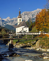 Deutschland, Bayern, Oberbayern, Berchtesgadener Land, Ramsau: Ramsauer Ache und Pfarrkirche St. Sebastian vor Reiter Alpe | Germany, Bavaria, Upper Bavaria, Berchtesgadener Land, Ramsau: Ramsauer Ache (brook), parish church St Sebastian and Reiter Alpe mountain