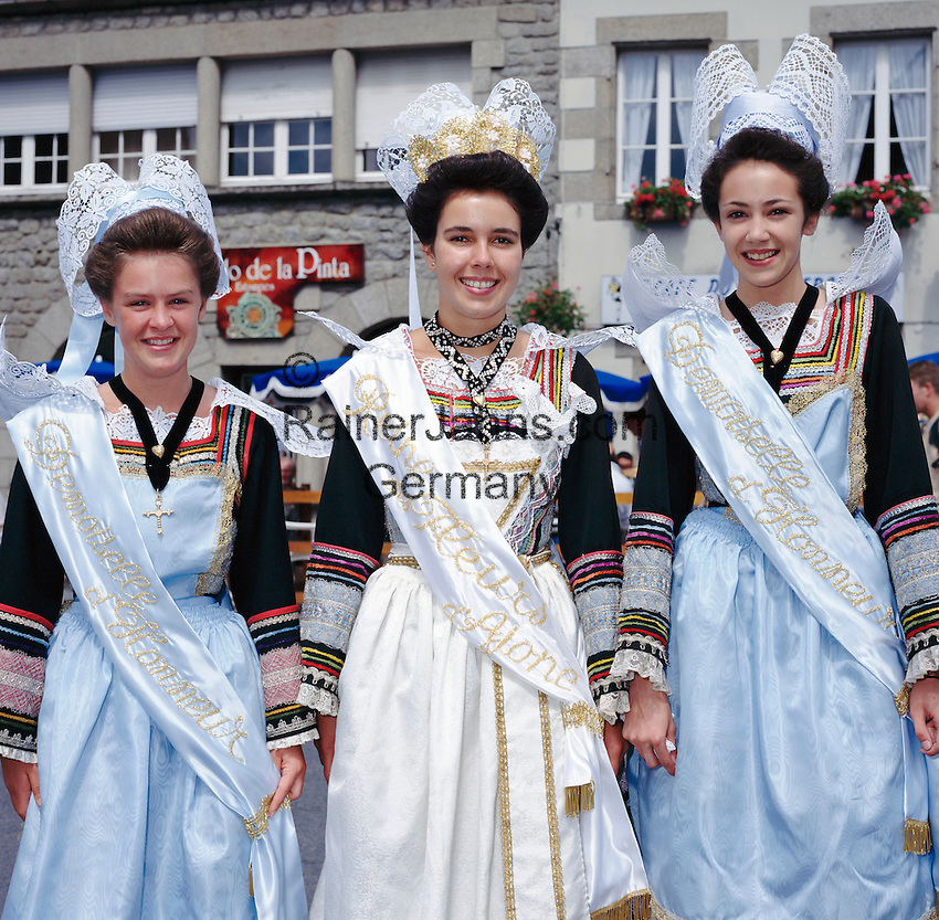 France, Brittany, Département Finistère, Pont-Aven: Girls in traditional, festival costumes | Frankreich, Bretagne, Département Finistère, Pont-Aven: junge Frauen in traditioneller Tracht