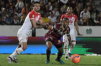 IBAGUÉ -COLOMBIA, 14-12-2016. Angelo Rodriguez (Der) jugador de Deportes Tolima disputa el balón con Jose David Moya (Izq) jugador del Independiente Santa Fe durante partido de ida por la final de la Liga Aguila II 2016 jugado en el estadio Manuel Murillo Toro de la ciudad de Ibagué./ Angelo Rodriguez (R) player of  Deportes Tolima vies for the ball with Jose David Moya (L) player of Independiente Santa Fe during first leg match for the final of the Aguila League II 2016 played at Manuel Murillo Toro stadium in Ibague city. Photo: VizzorImage/ Gabriel Aponte / Staff