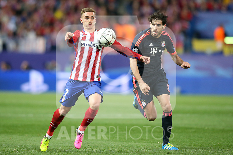 Atletico de Madrid's Antoine Griezmann (l) and FC Bayern Munchen's Javi Martinez during Champions League 2015/2016 Semi-Finals 1st leg match. April 27,2016. (ALTERPHOTOS/Acero)