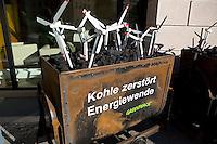 Greenpeace Aktivisten demonstrieren am Donnerstag (31.10.13) vor dem Umweltministerium in Berlin f&uuml;r die Energiewende.<br /> Foto: Axel Schmidt/CommonLens<br /> <br /> Berlin, Deutschland, Germany, politics, Koalitionsgespr&auml;che, Regierungsbildung, Umweltpolitik, Energiewende, Windkraft, Kohle, grosse Koalition, gro&szlig;e Koalition<br /> <br /> Berlin, 31.10.13 Greenpeace protest in front of the energy ministry for renewable energy