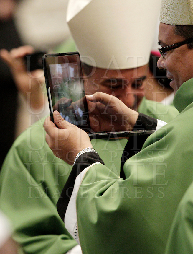 Un vescovo effettua riprese col suo computer portatile durante una messa celebrata dal Papa per la chiusura del Sinodo dei Vescovi, nella Basilica di San Pietro, Citta' del Vaticano, 28 ottobre 2012..A bishop uses his laptop to take a shot during a mass attended by the Pope for the closure of the Synod of Bishops, in St. Peter's Basilica, Vatican City, 28 October 2012..UPDATE IMAGES PRESS/Riccardo De Luca
