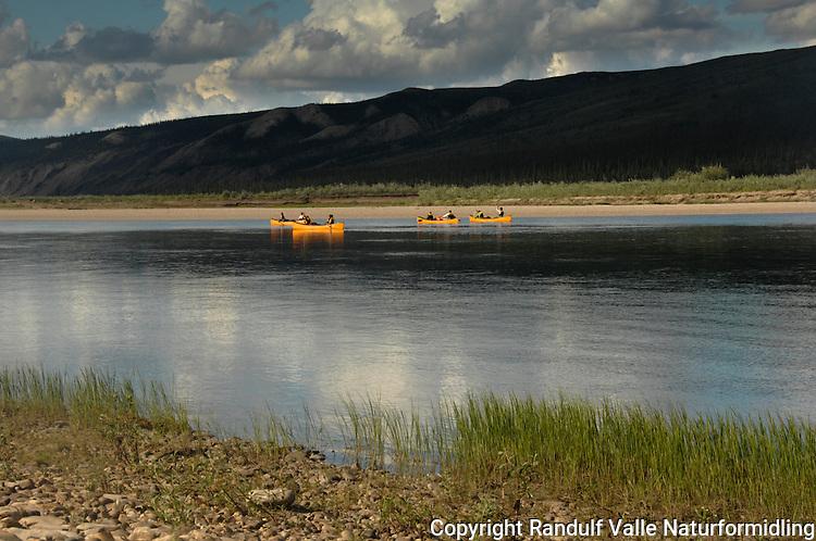 Kanoer på Horton River, NWT, Canada ---- Canoes at Horton River, NWT, Canada.